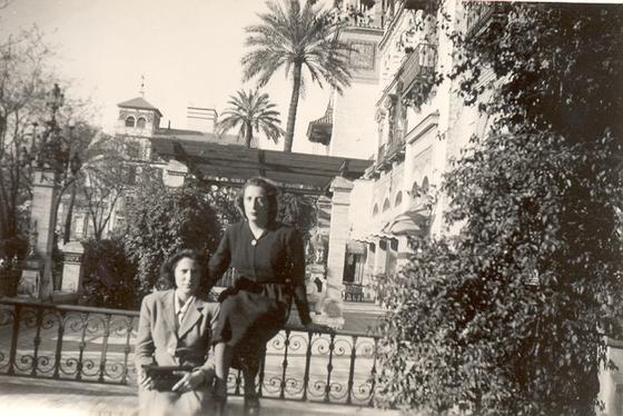 Junto a Elena Benjumea, en Sevilla, en el año 1942 cuando vino a conocer el convento de las Hermanas de la Cruz.