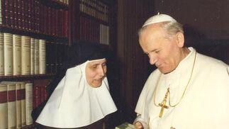 Madre María de la Purísima le entrega al Papa un libro sobre el pensamiento de Santa Ángela, en su biblioteca de Roma.