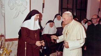 Con el Papa Juan Pablo II en el convento de las Hermanas de la Cruz cuando acudió a la beatificación de Santa Ángela.