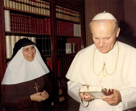 El Papa observa el libro de las memorias de Santa Ángela de la Cruz, regalo de Madre María de la Purísima.