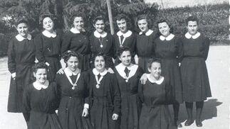 (Segunda abajo izquierda). Entrega de la medalla de la Virgen en el colegio de las Irlandesas con 17 años.