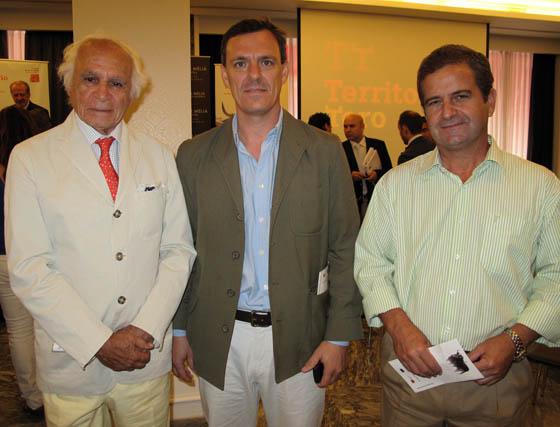 El marqués de Albaserrada, con Joaquín Sangrán (gerente) y Enrique Soto, de Mundo Natura.  Foto: Victoria Ramírez