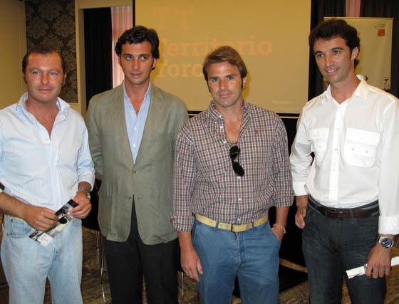 Los ganaderos Mauricio Soler Escobar (Herederos de José María Escobar) y Rafael Peralta (Peralta), con Ignacio Moreno de Terry (Tauropilates) y el torero Luis Vilches.  Foto: Victoria Ramírez