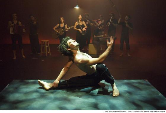 El contorsionista Félix Salas en el espectáculo 'Nebbia'.