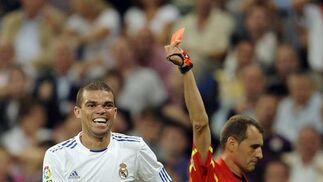 Pepe ve la tarjeta roja. / AFP