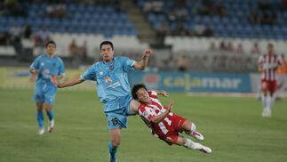 Piatti cae ante un defensa levantino. / Javier Alonso