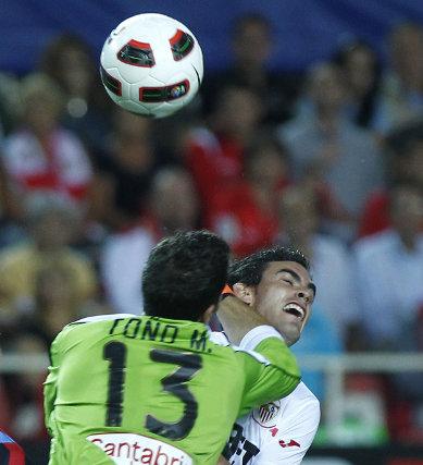 Alfaro recibe un puñetazo de Toño que da lugar al penalti. / Antonio Pizarro
