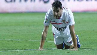 Cigarini se queda en el suelo impotente tras perder una pelota. / Antonio Pizarro