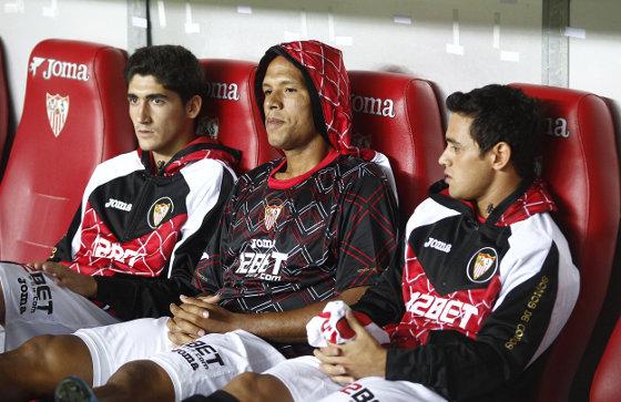 Luis Fabiano, rodeado en el banquillo de José Carlos (i) y Acosta (d). / Antonio Pizarro