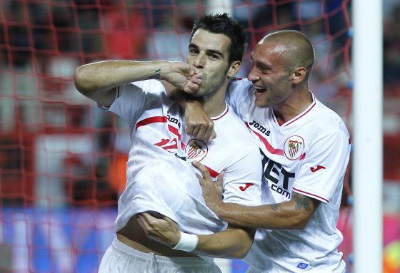 Negredo celebra el gol sevillista junto a Guarente. / Antonio Pizarro