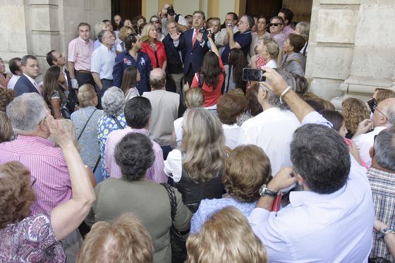 Zoido, portavoz del PP en el Ayuntamiento de Sevilla, dirige unas palabras a los manifestantes en contra del cierre del tráfico en el centro de Sevilla.  Foto: José Ángel García