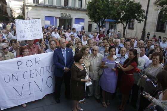 Los vecinos del centro de Sevilla irrumpen en el Pleno del Ayuntamiento de Sevilla para quejarse por el cierre del tráfico en el centro.  Foto: José Ángel García
