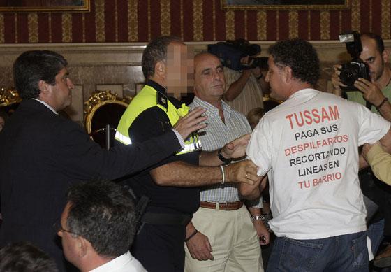Los trabajadores de Tussam se manifiestan por el recorte de líneas.   Foto: José Ángel García