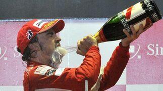 Fernando Alonso se acerca al liderato del Mundial tras ganar el Gran Premio de Singapur. / AFPFernando Alonso se acerca al liderato del Mundial tras ganar el Gran Premio de Singapur. / EFE