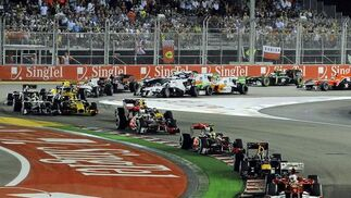 Fernando Alonso se acerca al liderato del Mundial tras ganar el Gran Premio de Singapur. / EFE