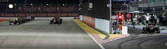 Fernando Alonso se acerca al liderato del Mundial tras ganar el Gran Premio de Singapur. / Reuters