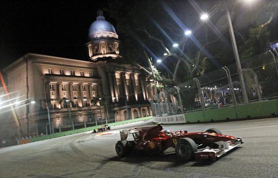 Fernando Alonso, a su paso por la Corte Suprema de Justicia de Singapur. / EFE