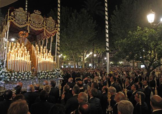 La Virgen de Regla vuelve a su templo tras ser coronada.  Foto: Antonio Pizarro