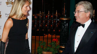 Cristina Luque, esposa de Mauricio González-Gordon, charla con Pedro Rebuelta junto a la bodega La Concha  Foto: Pascual