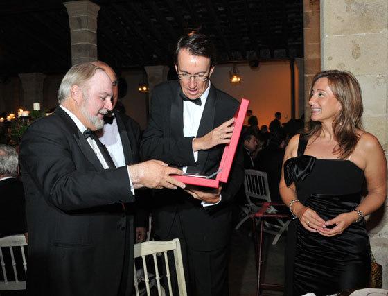 Carlos Pellas, presidente de 'Flor de Caña', el ron que distribuye González Byass, entrega una placa conmemorativa a Mauricio González-Gordon en presencia de la alcaldesa de Jerez.  Foto: Pascual