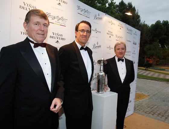 Jorge A. Grosse, Mauricio González-Gordon y Pedro Rebuelta, ante la figura del 'Tío Pepe' en plata.  Foto: Pascual