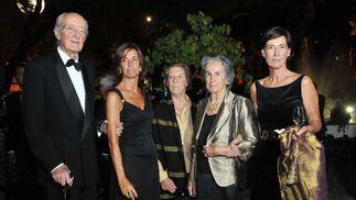Mauricio González-Gordon Díez, junto a Alicia López de Carrizosa, su esposa Milagros y su hija Bibiana.  Foto: Pascual