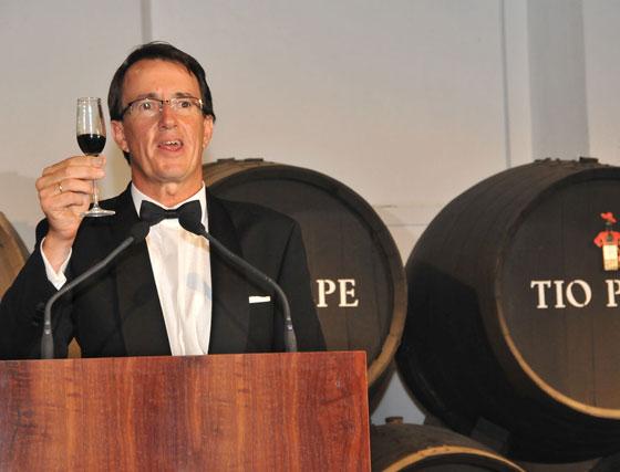 El presidente de González Byass, en el momento de compartir el brindis final con los asistentes.  Foto: Pascual