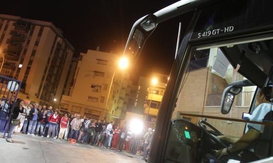 El autobús con destino a Alicante y Cataluña no puede viajar porque los piquetes lo impiden.  Foto: Yolanda Montiel