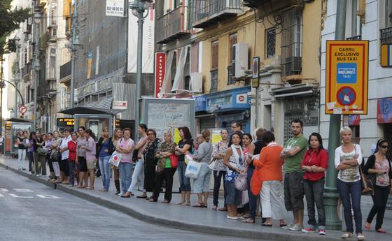 Colas de gente esperando la llegada de los autobuses urbanos.  Foto: Yolanda Montiel