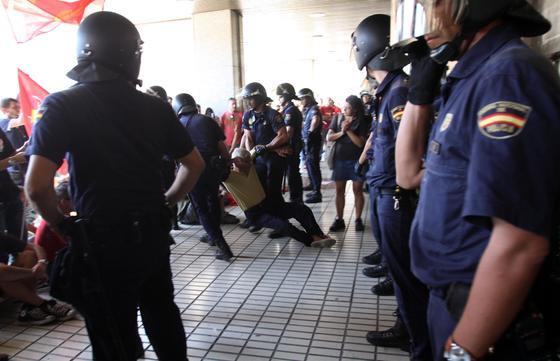Enfrentamientos entre los piquetes y la policía en la entrada de El Corte Inglés.  Foto: Migue Fernández