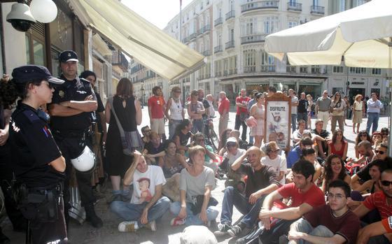 Manifestantes en la puerta del Café Madrid.  Foto: Yolanda Montiel