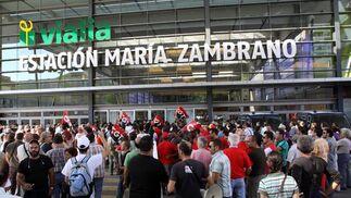 Manifestantes en la puerta de la estación María Zambrano.  Foto: Migue Fernández