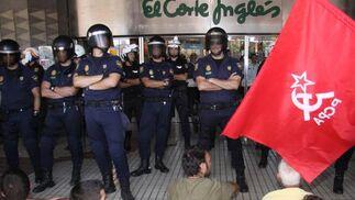 Los manifestantes hacen una sentada en la puerta de El Corte Inglés.  Foto: Javier Albiñana