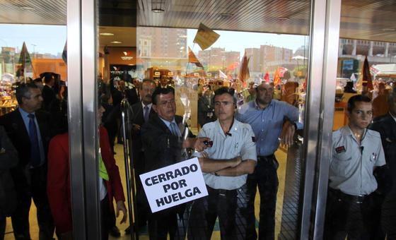Los manifestantes se concentran en la puerta de El Corte Inglés.  Foto: Migue Fernández