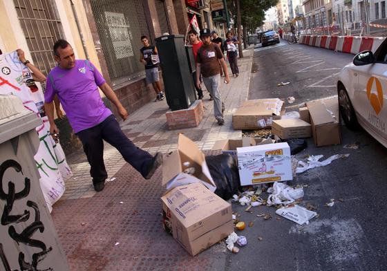 Los manifestantes arrojan la basura a las calles.