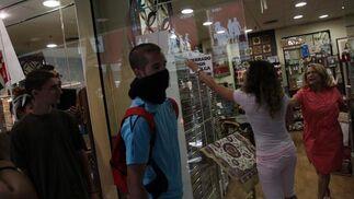 Los manifestantes se cuelan en un establecimiento para forzar su cierre.  Foto: Migue Fernández