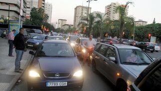 Los piquetes en la puerta del edificio de usos múltiples provocan retenciones de tráfico.  Foto: Yolanda Montiel