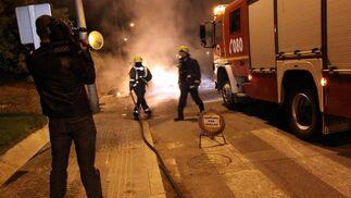 El inicio de la huelga han tenido como objetivo la quema de más 30 contenedores en varios barrios de la capital.  Foto: Migue Fernández
