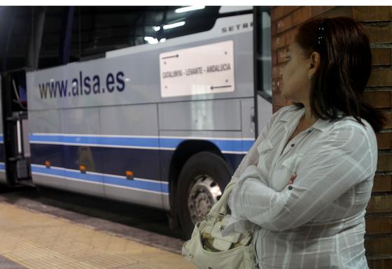 Una pasajera no puede viajar en el autobús con destino a Cataluña debido a la huelga.  Foto: Yolanda Montiel