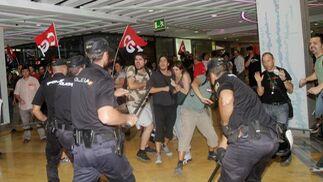 La policía evita la entrada de piquetes en las tiendas.  Foto: Yolanda Montiel