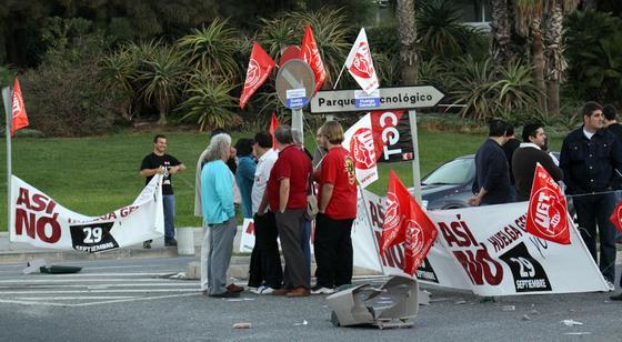 Los sindicatos recorren las calles con banderas y pancartas.  Foto: Migue Fernández