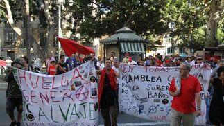 Los sindicatos recorren la Alameda con banderas y pancartas.