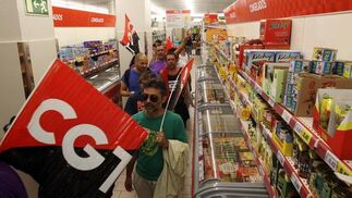Los sindicatos se cuelan en un supermercado para forzar su cierre.  Foto: Migue Fernández