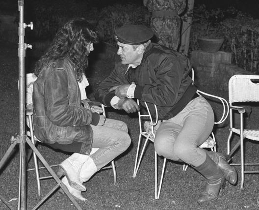 Tony Curtis conversa con la actriz Ana Obregón en un descanso del rodaje de la película 'Otelo', del director Max Boulois, en 1982. / EFE