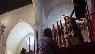 La complicada tarea de encender las velas más altas.  Foto: A.S.Carrasco