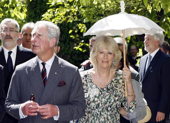 Carlos y Camilla, durante su visita al Real Alcázar de Sevilla.  Foto: Eduardo Abad (EFE)