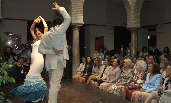 Camilla, entre la bailaora Cristina Hoyos y la Duquesa de Alba, en el Museo del Baile Flamenco.  Foto: Manuel Gómez