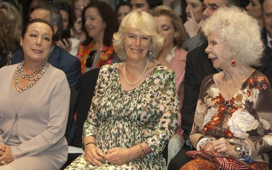 Risas entre Camilla, la Duquesa de Alba y la bailaora Cristina Hoyos.  Foto: Manuel Gómez