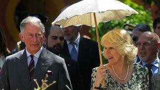 Camilla se cubre del sol con una sombrilla blanca.  Foto: Cristina Quicler (AFP)