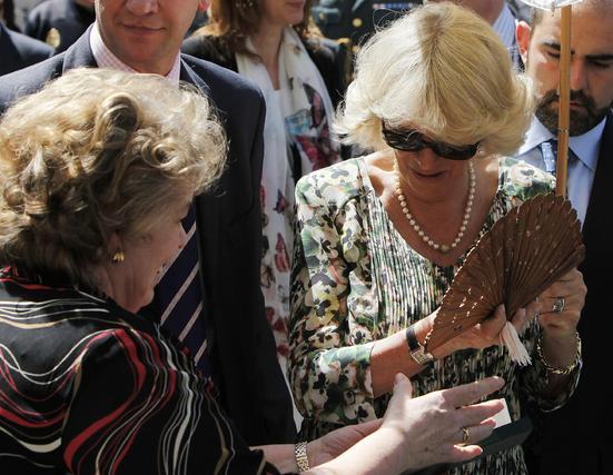 Camilla observa un abanico que le hace llegar una sevillana.  Foto: José Ángel García